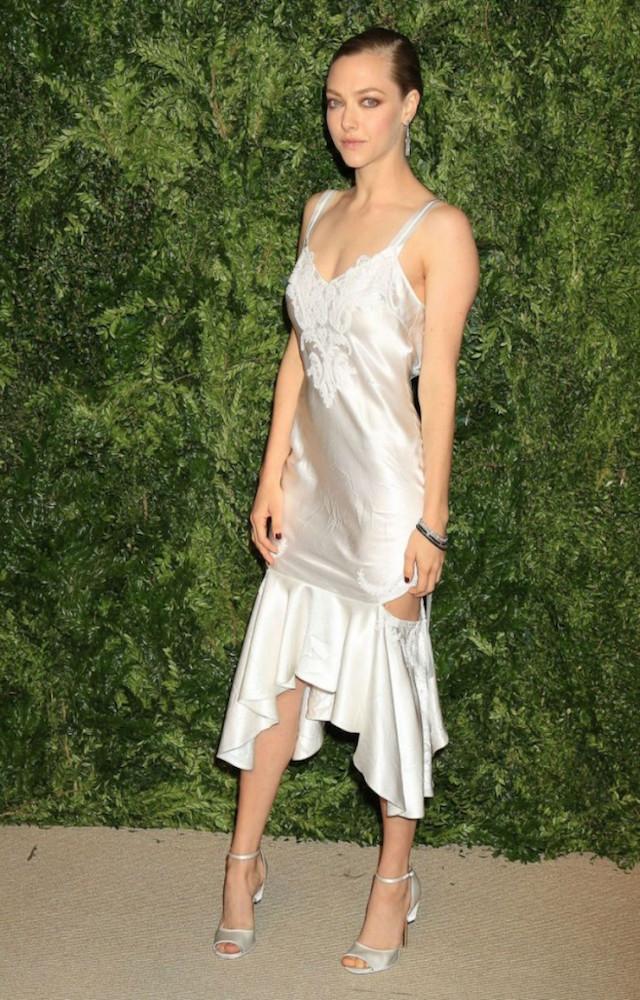 MAVEN46-what-to-wear-this-party-season-according-to-the-celebs-amanda-seyfried-slip-dress2-700x10501
